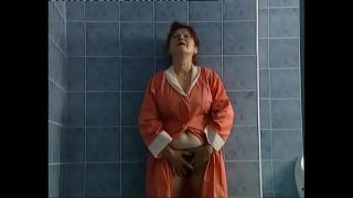 Bà lao công nứng lồn dọn wc nam